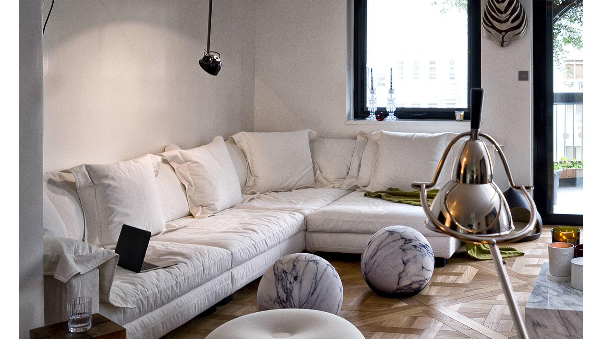 https://estudiopas.com/wp-content/uploads/2019/05/Mobilia-Diesel-for-Moroso-nebula-nine-sofa-slider-5.jpg